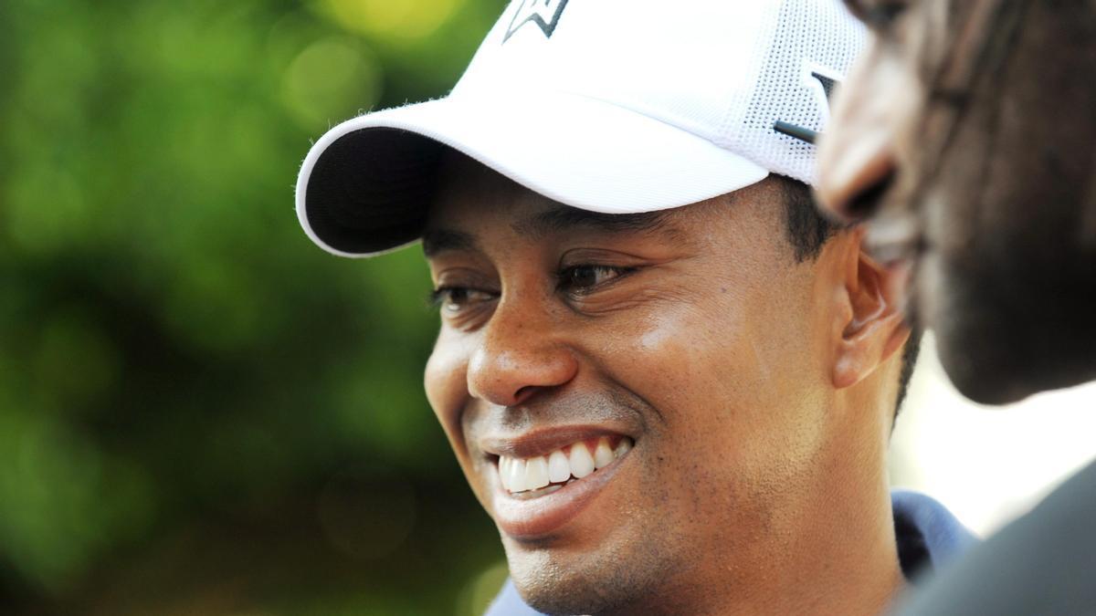 Tiger Woods publica una foto con muletas y sonriendo en su casa de Florida.