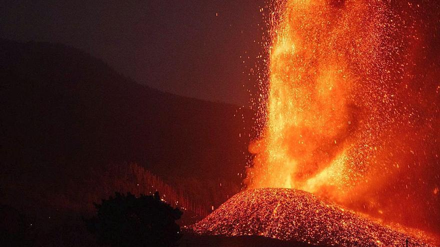 La lava y la ceniza del volcán de La Palma asfixian el germen de las plataneras