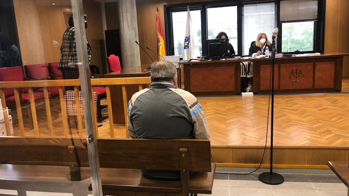 El sentenciado, frente a la jueza en los Juzgados de Vigo