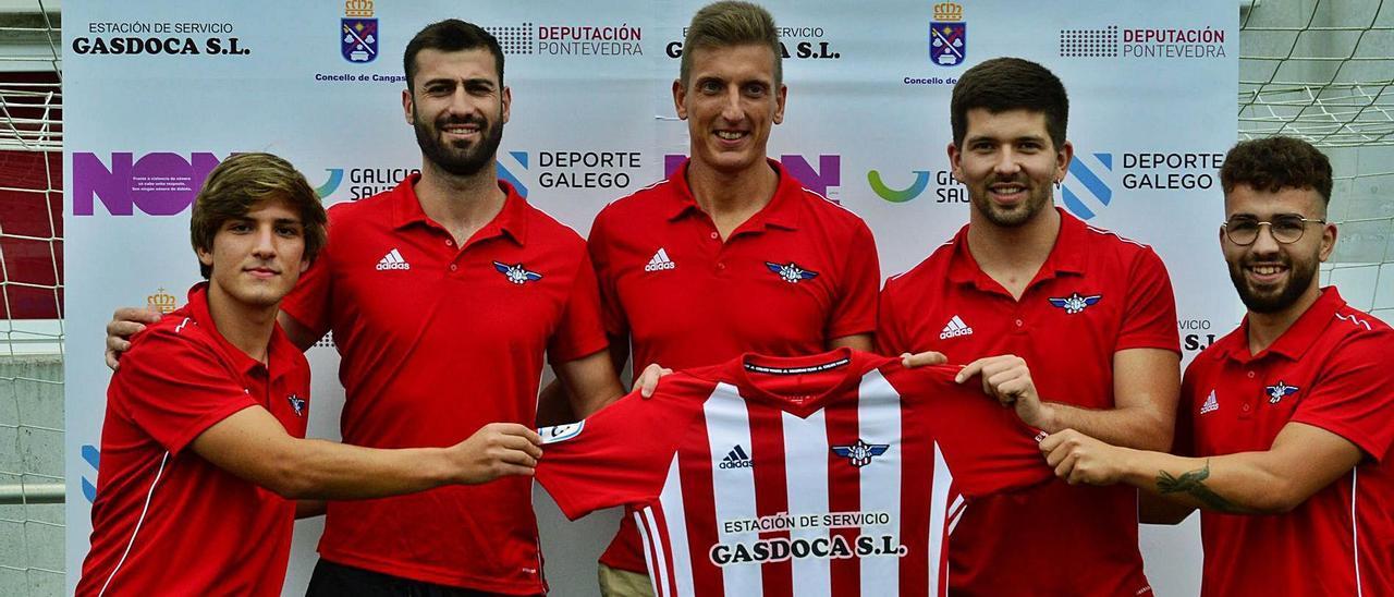 De izq. a dcha: Javi Pereira, Abel Martínez, Yago Pérez,Raúl Alonso y Óscar Martínez, posan ayer con la camiseta del Alondras .