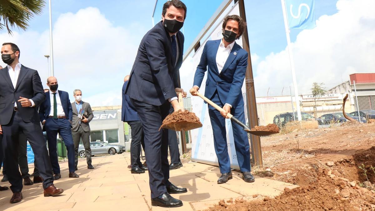 José María Bellido y Said Hejal, en el momento de colocar la primera piedra de las futuras viviendas