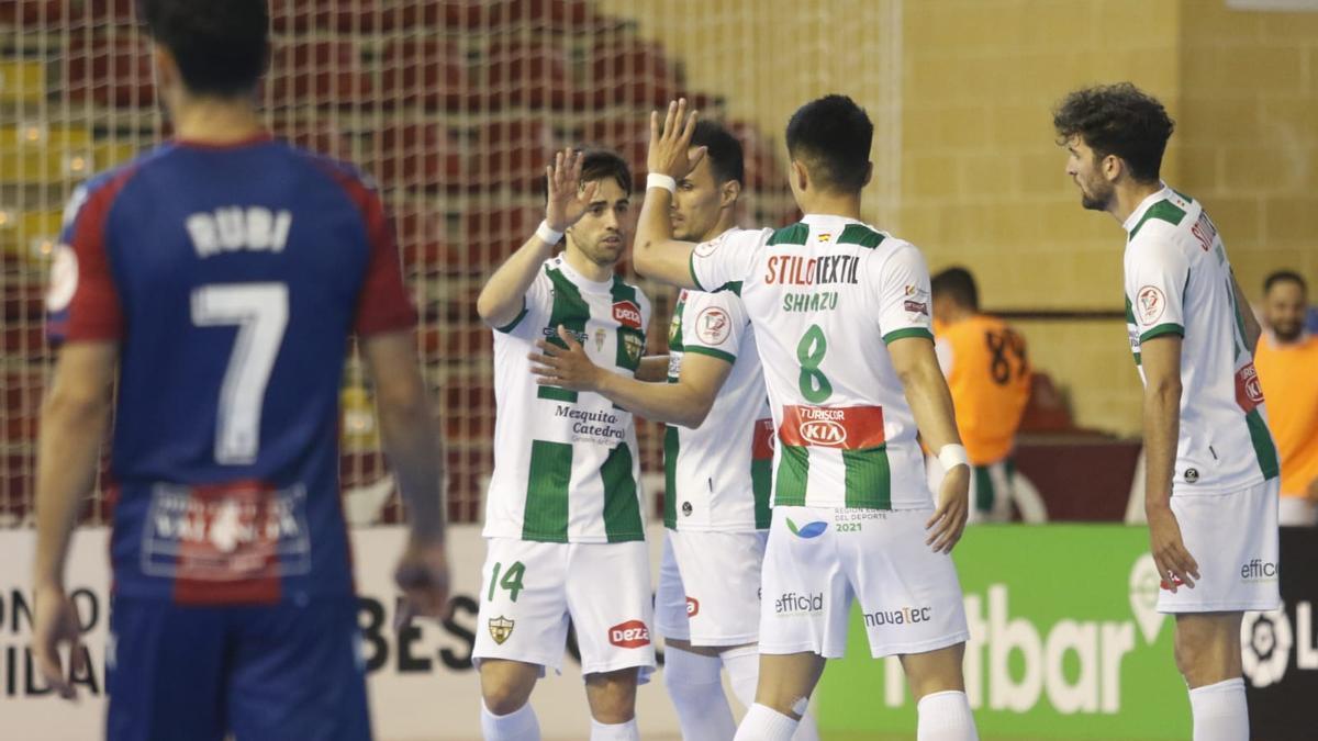 El Córdoba Futsal celebra uno de los goles marcados ante el Levante.