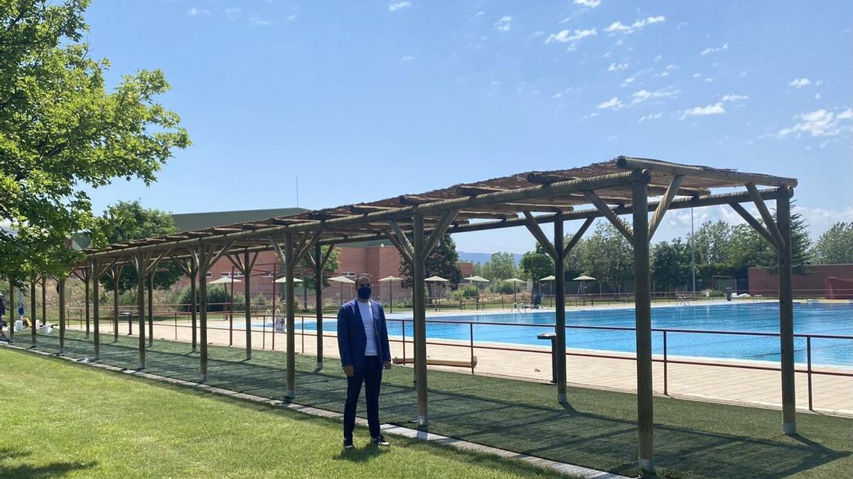 El concejal de Deportes, Carlos Aranda, en su visita a las piscinas de Los Planos