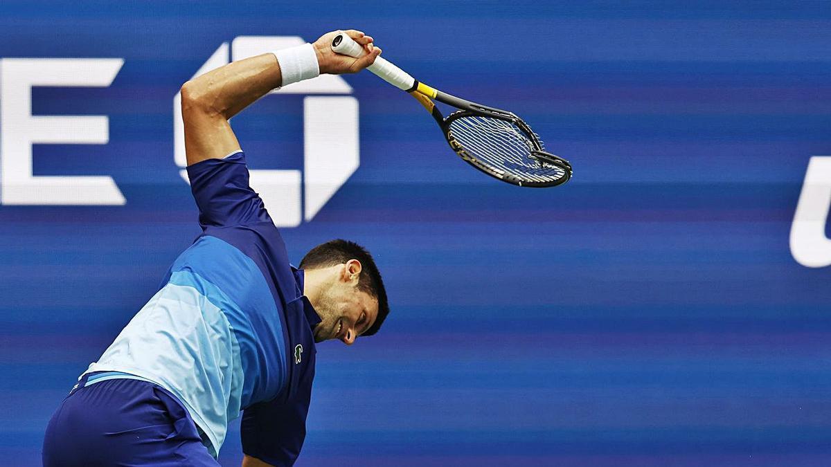 Djokovic destroza la raqueta en el duelo con Medvedev. |  // /J.G. MABANGLO