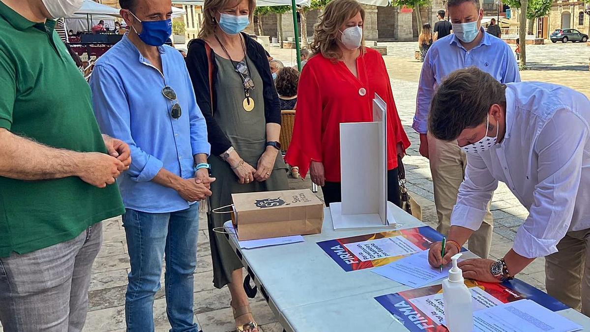 """El concejal del PP en Toro Raúl Martínez firma la campaña """"por la Constitución, por la justicia y España"""".   Cedida"""