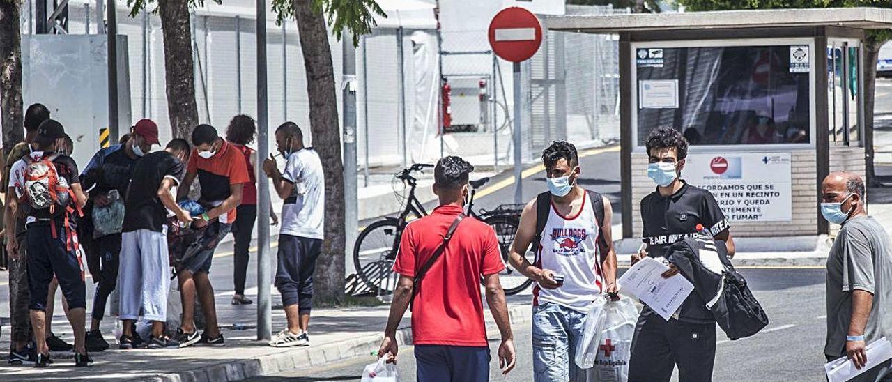 Un grupo de inmigrantes abandona el Hospital General, ayer a mediodía. PILAR CORTÉS