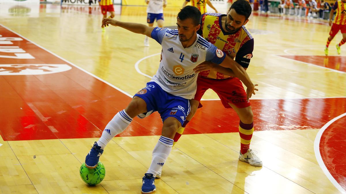 Óscar Villanueva, del Fútbol Emotion, aguanta un balón en el partido de playoff contra el Palma en el Siglo XXI.