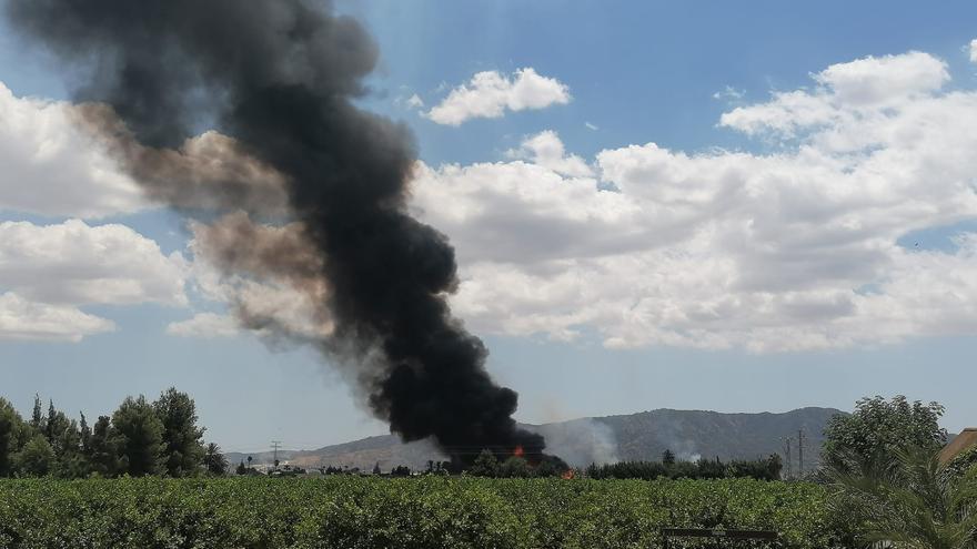 Los bomberos trabajan para controlar un incendio en Llano de Brujas