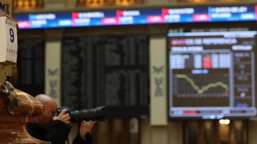 L'Ibex 35 aprofundeix la seva caiguda (-4,5%) a mitja sessió i es col·loca en els 6.200 punts