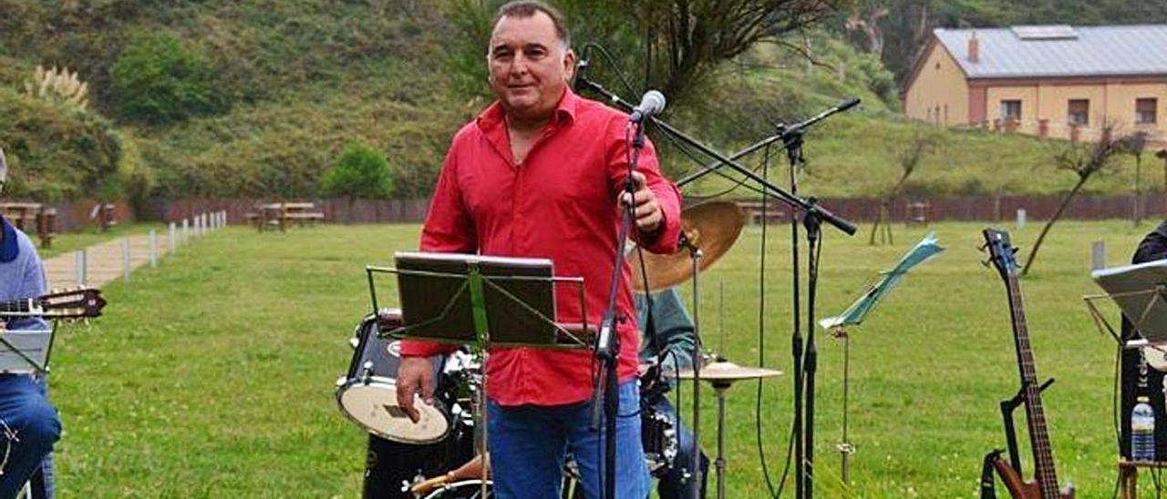 """Raimundo López, en una actuación con el grupo """"Nostalgia""""."""
