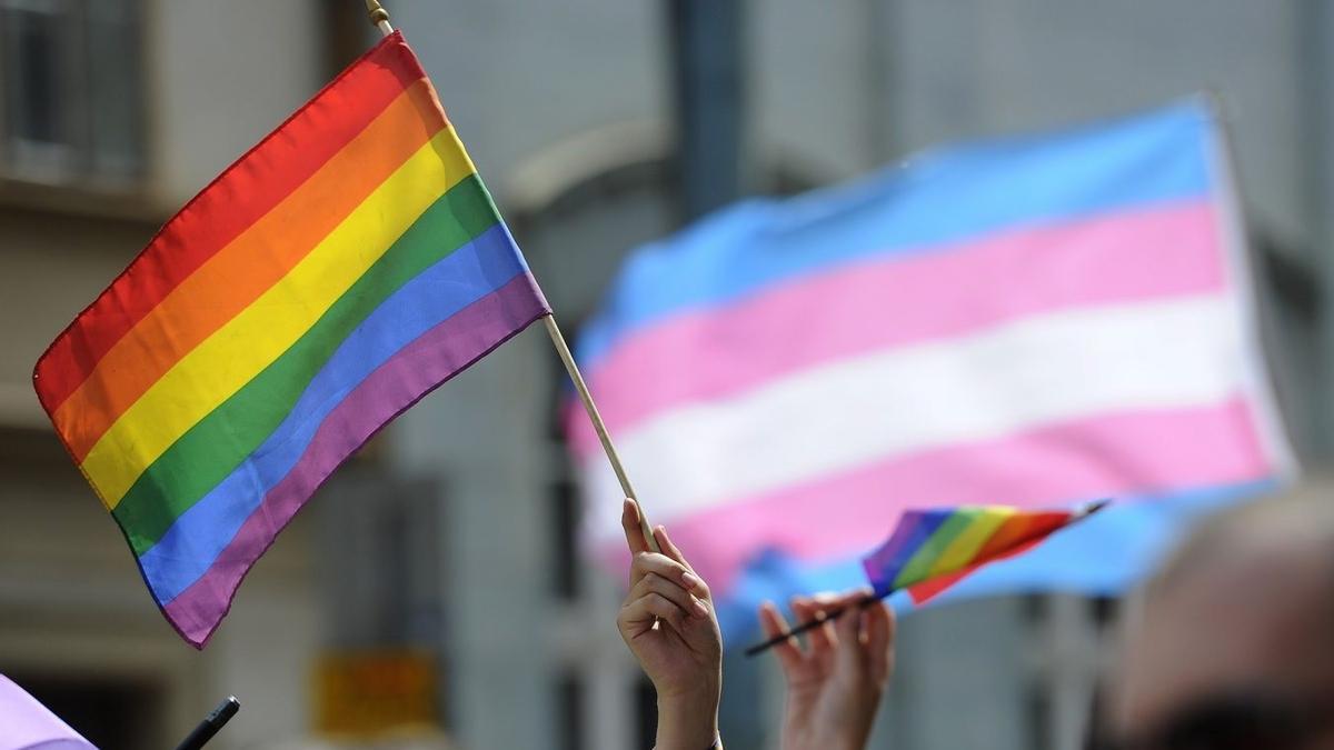 Bandera gay contra la homofobia.