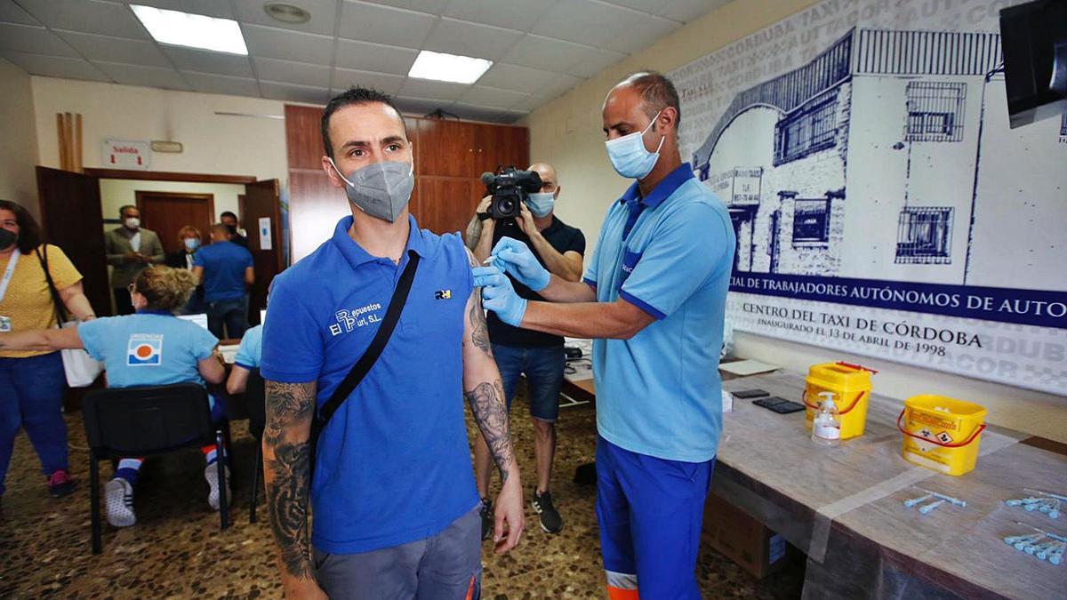 Un trabajador de un taller mecánico recibe ayer la vacuna en la sede del Centro del Taxi.