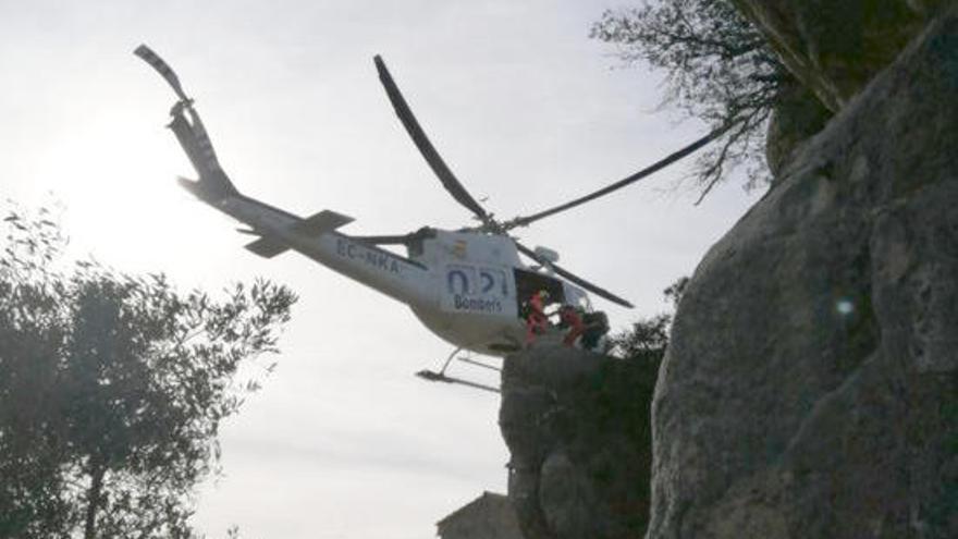 Els Bombers rescaten una escaladora accidentada en una paret a Santa Brígida