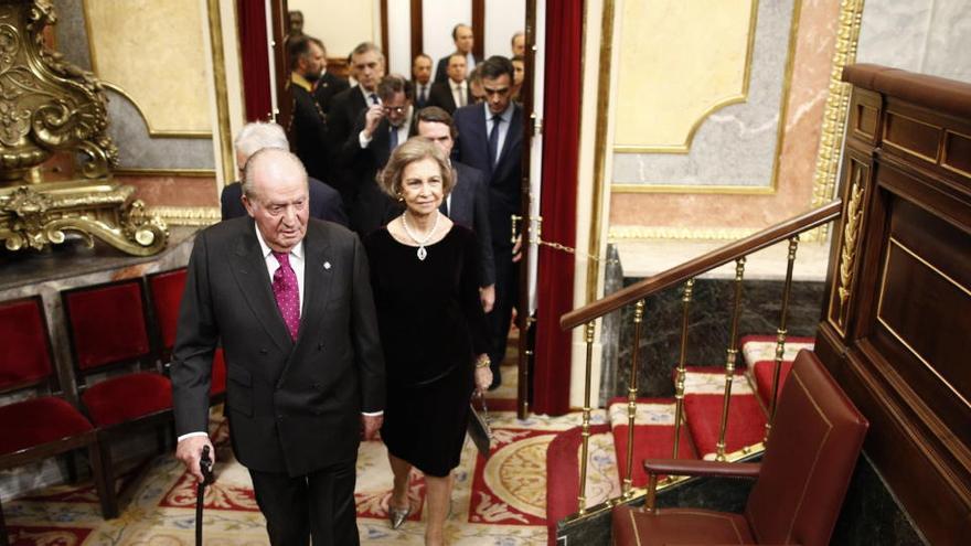 Más de 200 excargos se unen en apoyo a Juan Carlos I