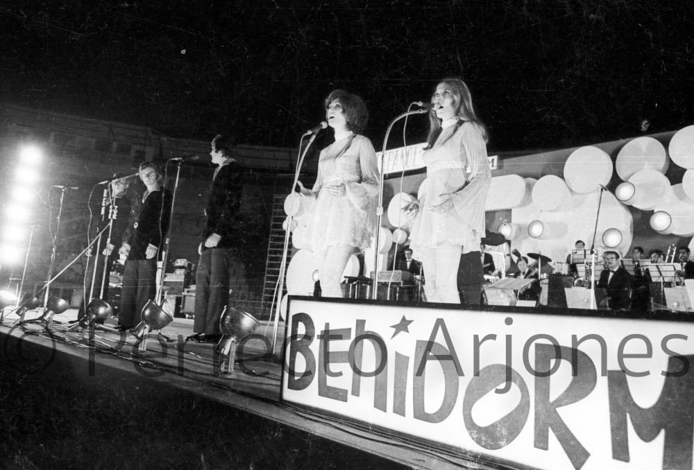 ACTUACIÓN DE LAS HERMANAS ROS EN EL XII FESTIVAL DE LA CANCIÓN. 16 DE JULIO 1970.