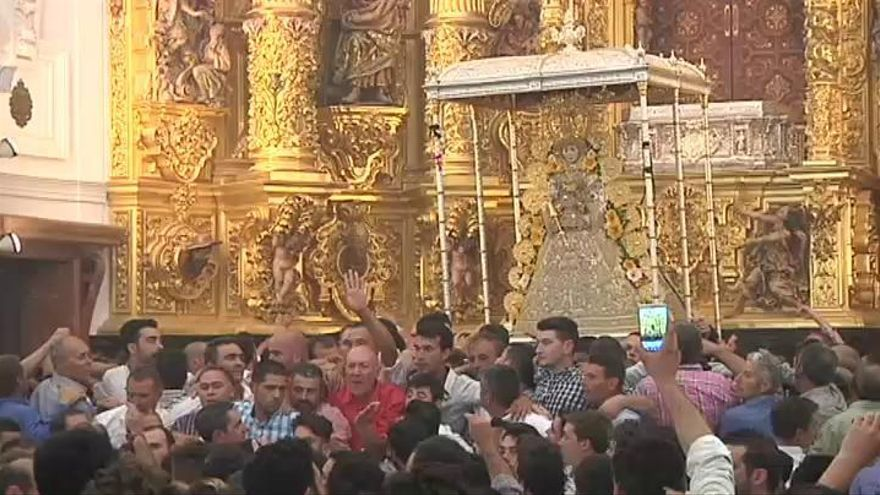 El Rocío entra en su ermita más tras ocho horas de procesión