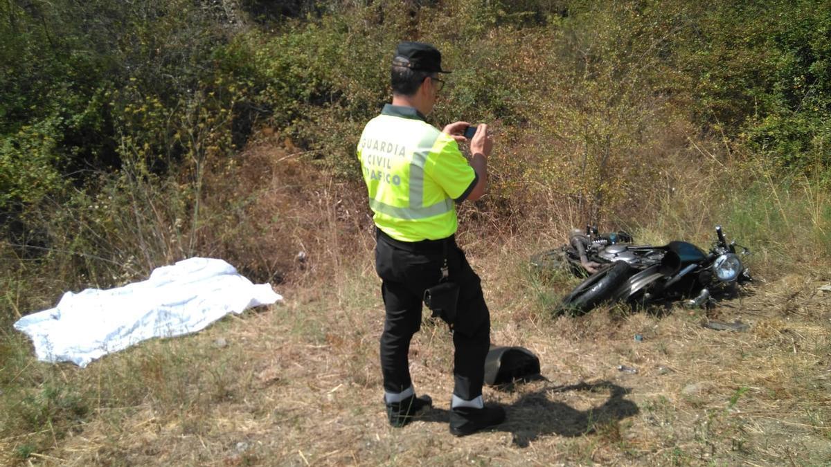 Un agente de la Guardia Civil toma fotos de un accidente en imagen de archivo.