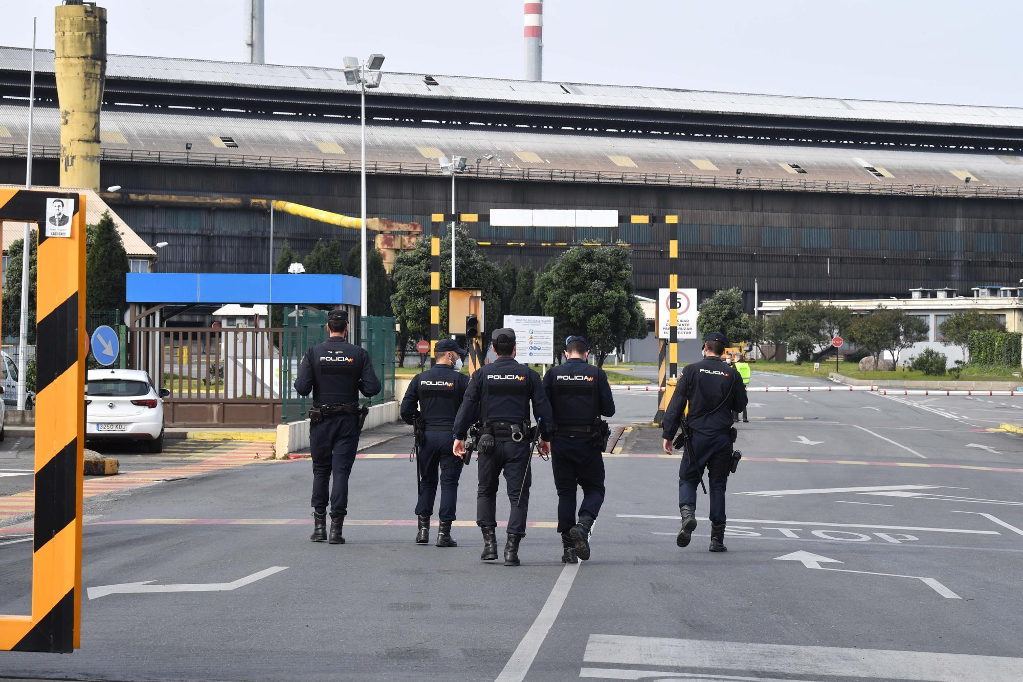 Registro policial en la fábrica de Alú Ibérica