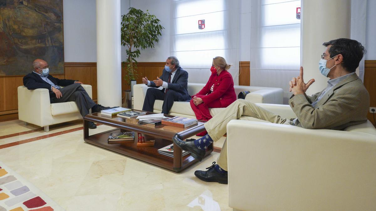 Reunión de Igea con Agustín S. De Vega, en compañía del viceconsejero Fernando Navarro y la directora general María García Fonseca