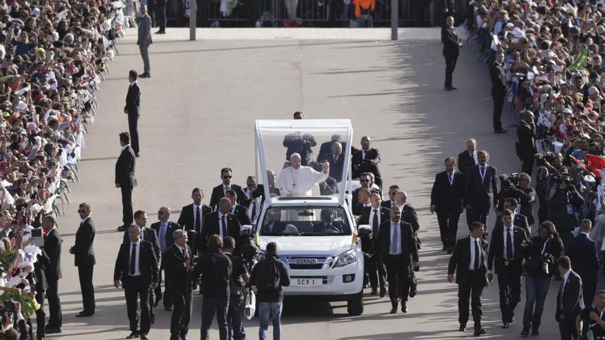Cientos de miles de personas reciben al Papa en Fátima
