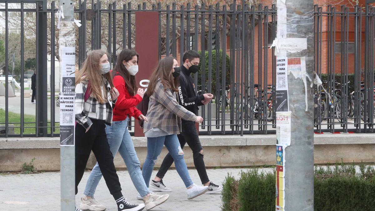 Estudiantes junto al Campus de Vera de la UPV.