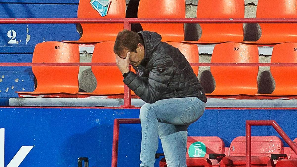 Un gesto expresivo de Luis Miguel Ramis, siguiendo el partido en la banda del Anxo Carro de Lugo.