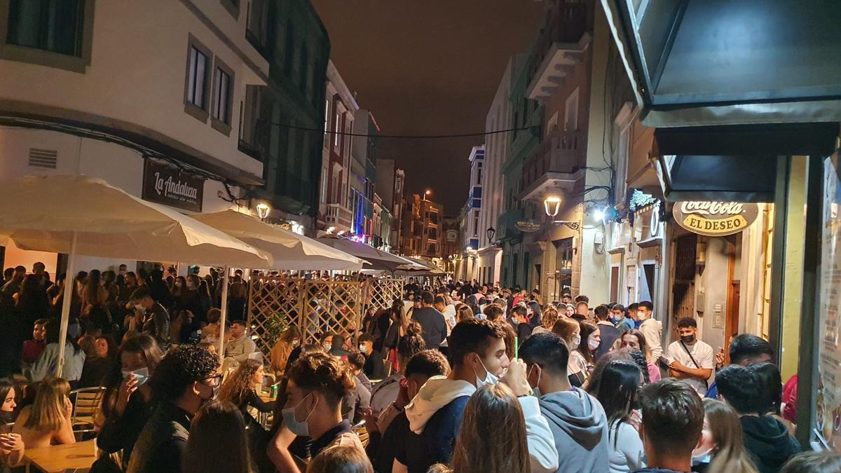 La calle Mendizábal, en Vegueta, en la noche de este sábado 15 de mayo