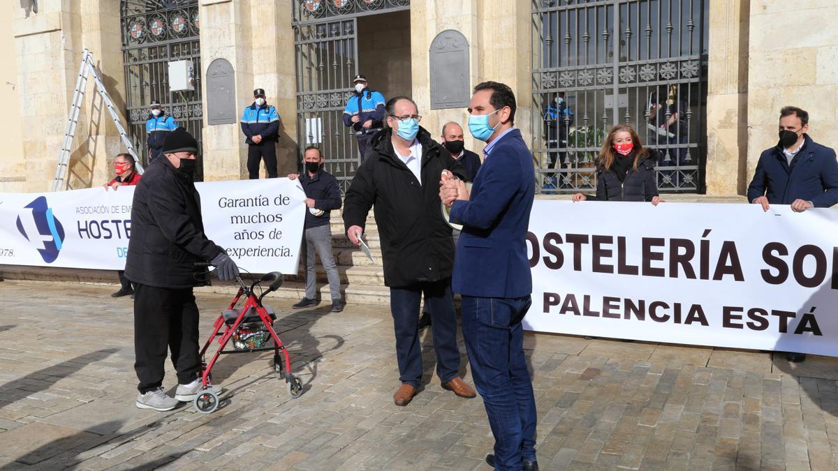 Hosteleros de Palencia durante una protesta el pasado día 16.