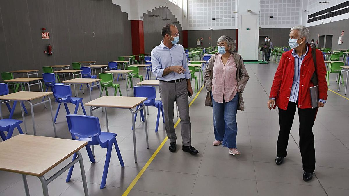 Javier Cueli, Ana González y Carmen Suárez, en su visita a la nave donde se asentará el Centro de Innovación de Formación Profesional en Laboral Centro de Arte; abajo, el exterior del complejo.  | Ángel González