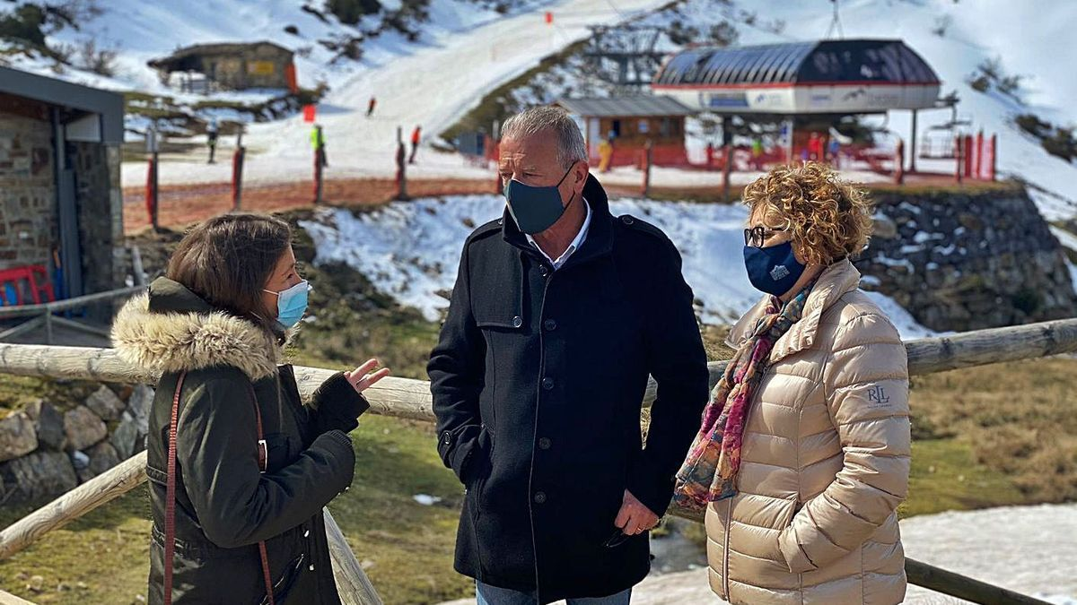 Paula García (izquierda), conversando con José Felgueres y Gloria García, ayer, en Fuentes de Invierno.
