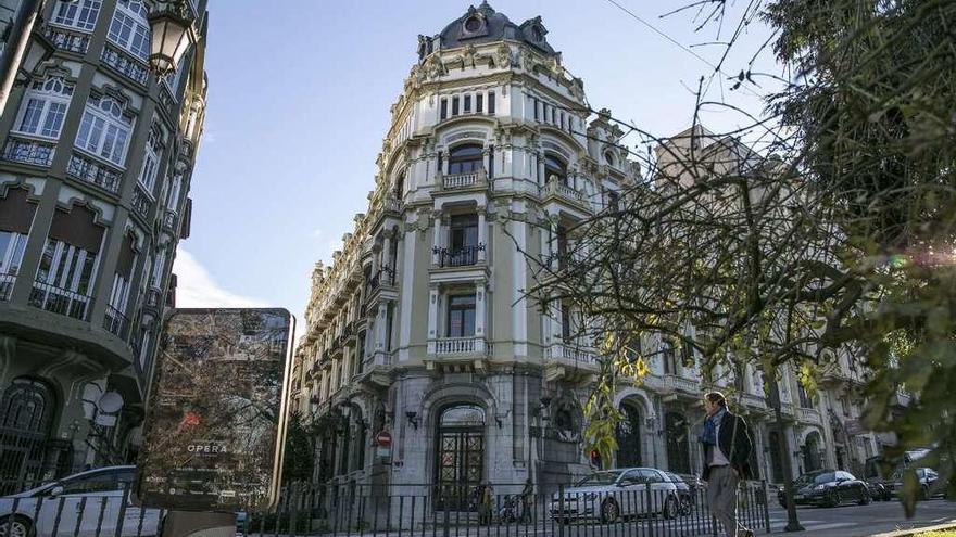El médico Víctor Madera compra el edificio de Banesto, que interesaba al Ayuntamiento de Oviedo