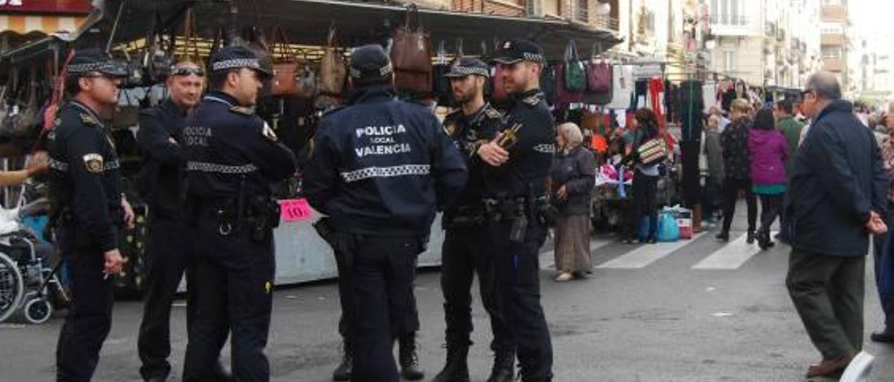 Despliegue policial anticarteristas en el mercadillo de Convento Jerusalén