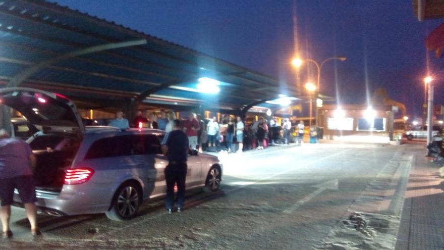 Colas de una hora en el aeropuerto de San Javier para coger un taxi