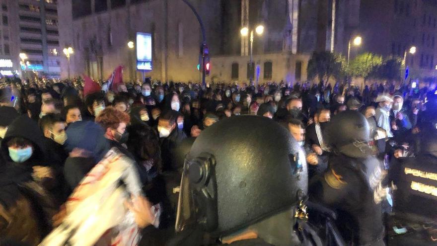 Cargas policiales en la manifestación convocada en València en apoyo a Pablo Hasél