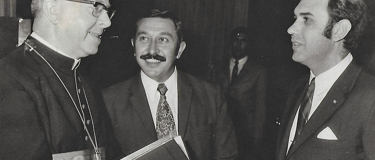 Manuel de la Peña, entre el cardenal Johannes Willebrands y Alberto Isasi, director del hotel Maspalomas Oasis, en 1971.     LP/DLP