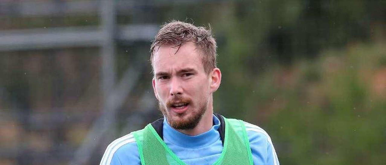 Filip Bradaric, durante un entrenamiento del Celta en las instalaciones de A Madroa. // Marta G. Brea