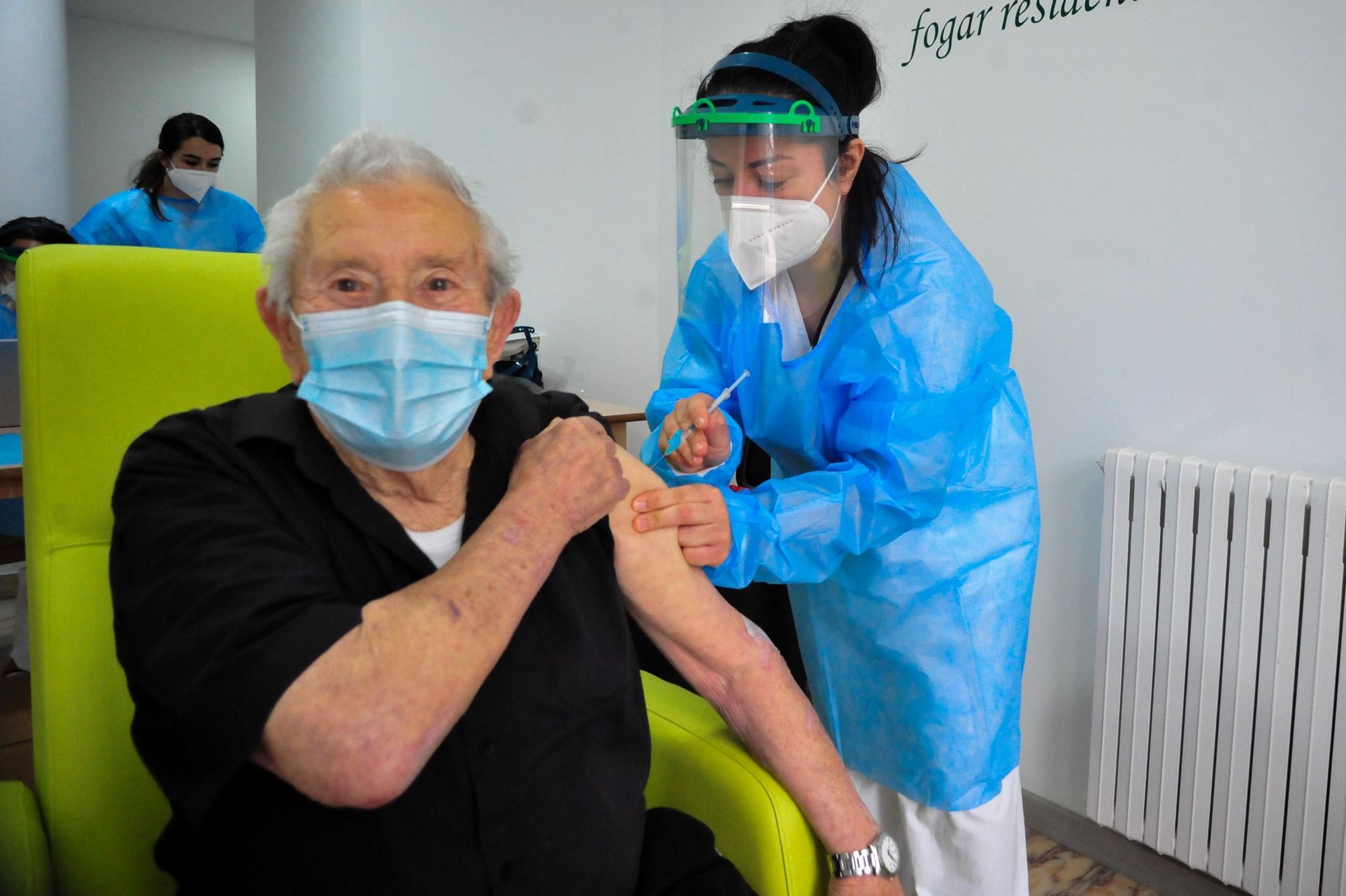 Trabajadores y residentes de Servisenior, la avanzadilla de los inmunizados en O Salnés