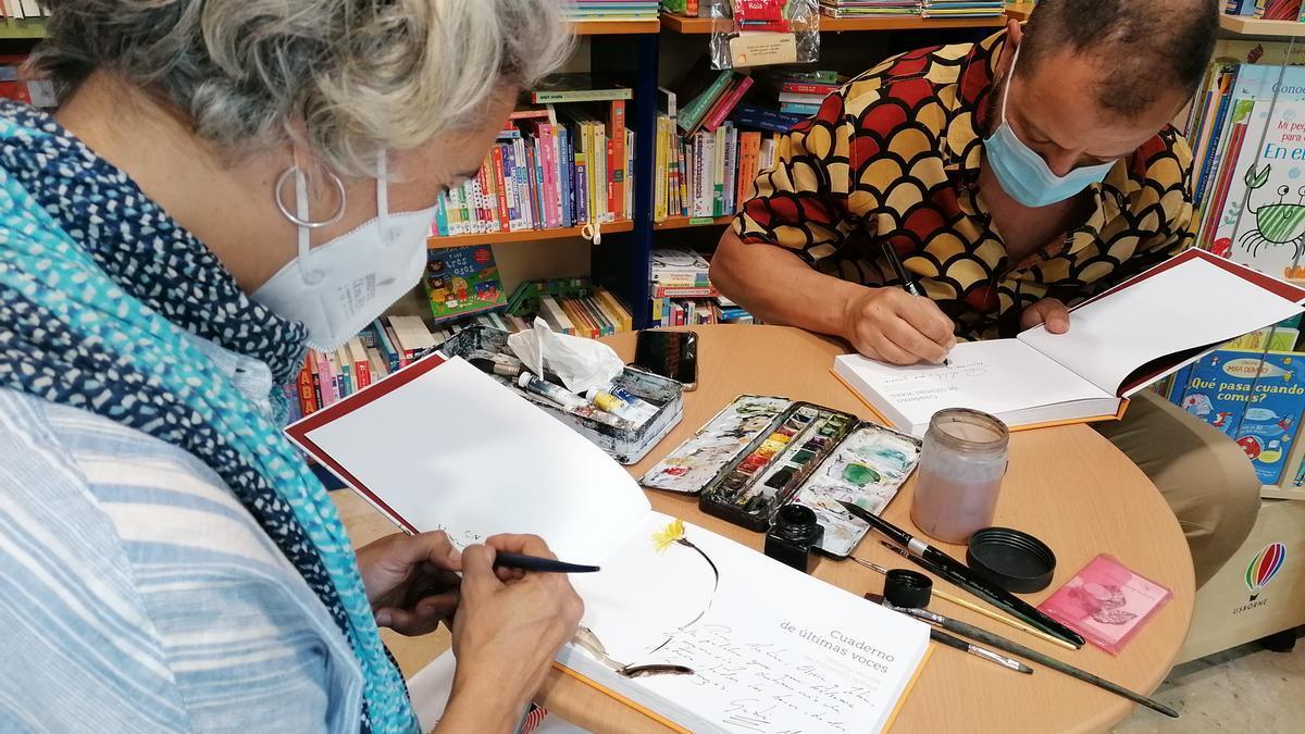 Leticia Ruifernández y José Luis Gutiérrez, firmando libros en Zamora