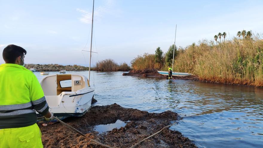 ElCampello inicia la retirada de las barcas varadas en Cala Baeza tras años de abandono