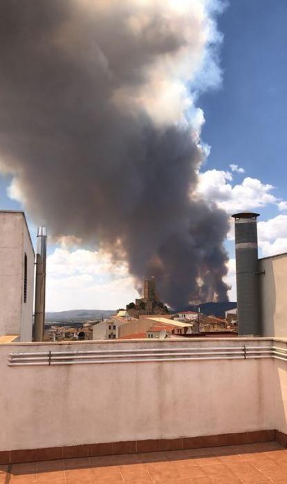 La columna de humo desde una vivienda en Banyeres de Mariola