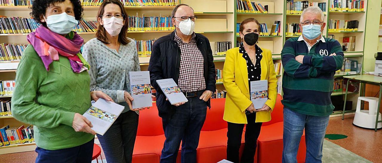 """Entrega de libros de """"La Serrana"""" a la Escuela Oficial de Idiomas en la biblioteca del centro."""