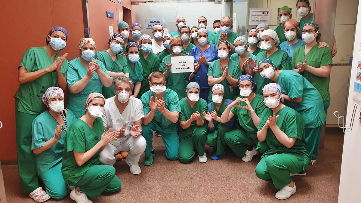 Trabajadores de la UCI del Hospital de A Coruña aplauden al resto de compañeros por su trabajo durante la pandemia.     // L.O.
