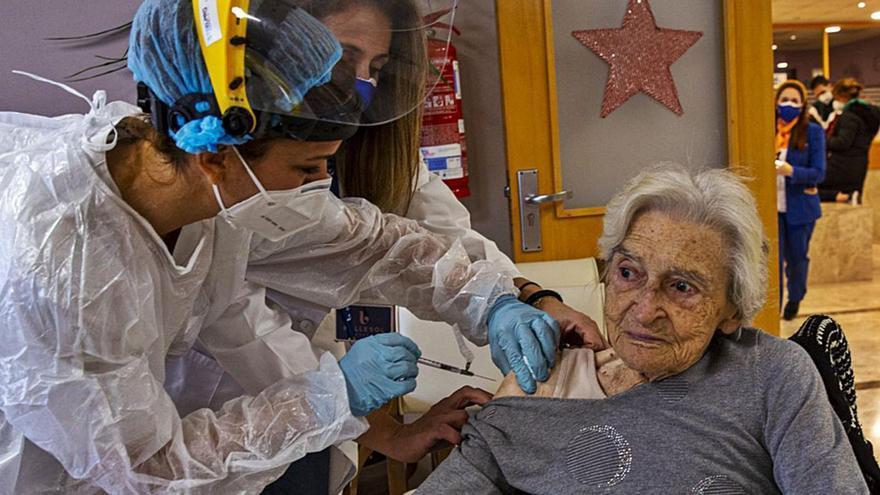Atribuyen los brotes de coronavirus en ancianos vacunados a que la dosis no es efectiva los primeros días