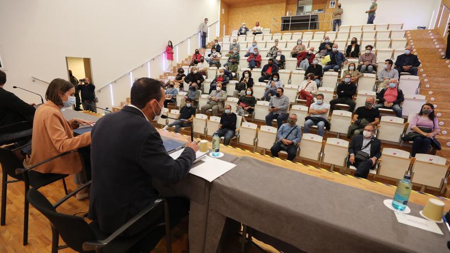 El alcalde se reúne con colectivos de Carrús para hacer valer su Palacio de Congresos