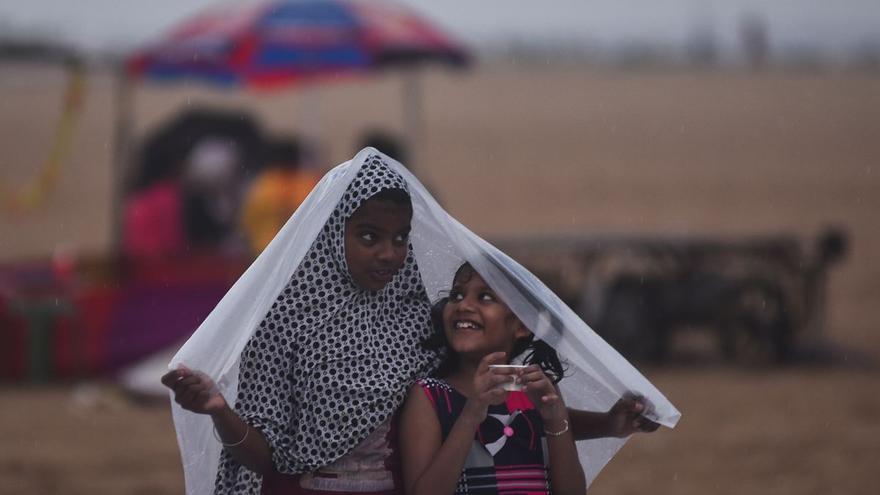 Obligan a unas niñas a pasear desnudas en la India para atraer a las lluvias