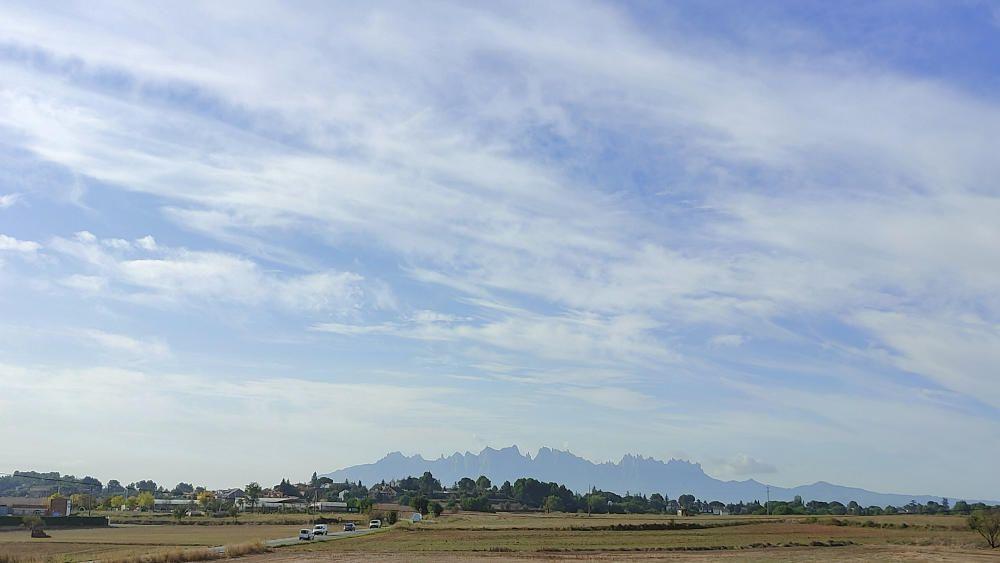 Núvols prims i Montserrat des de Manresa.