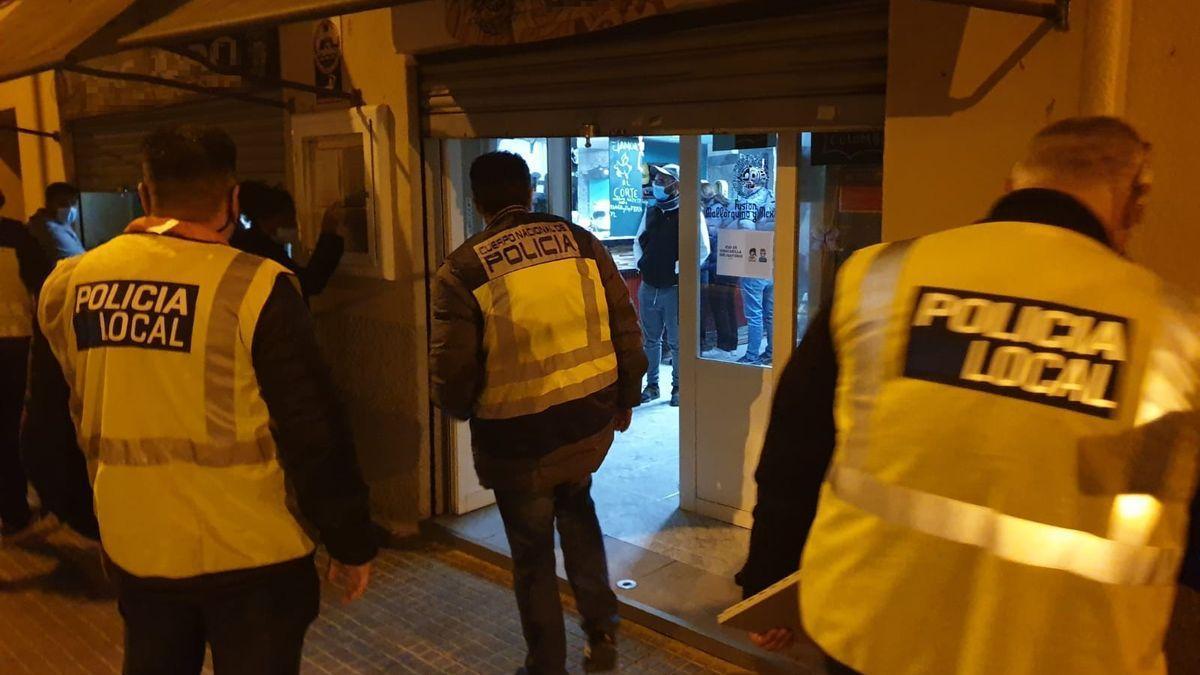 La Policía accediendo al interior del bar