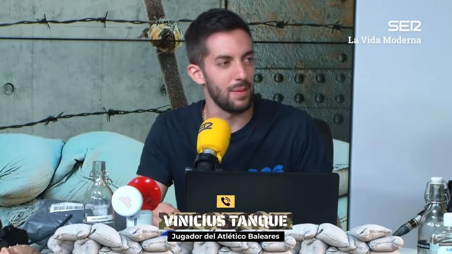 Vinicius Tanque le promete una camiseta del Atlético Baleares a David Broncano