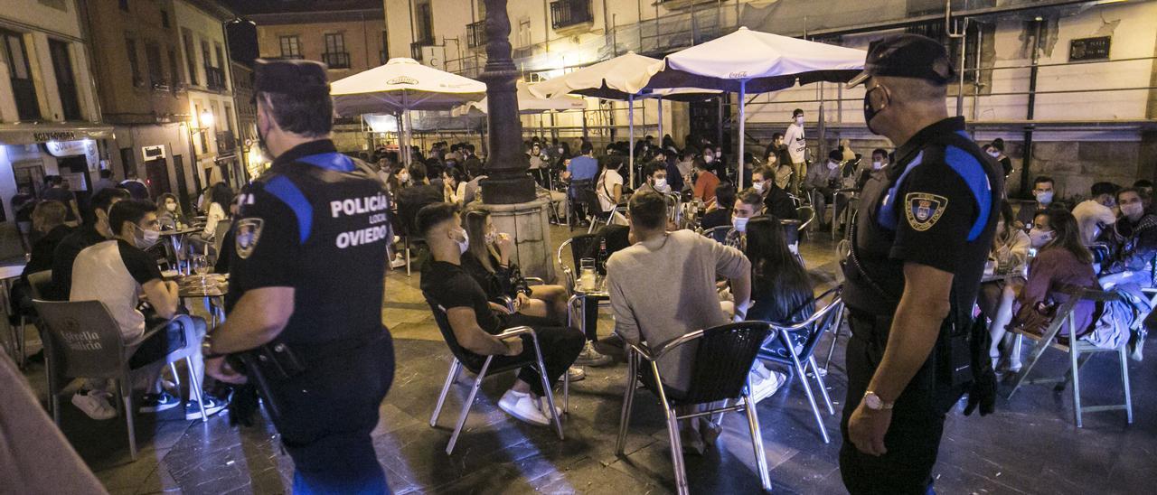Controles en una terraza de Oviedo.