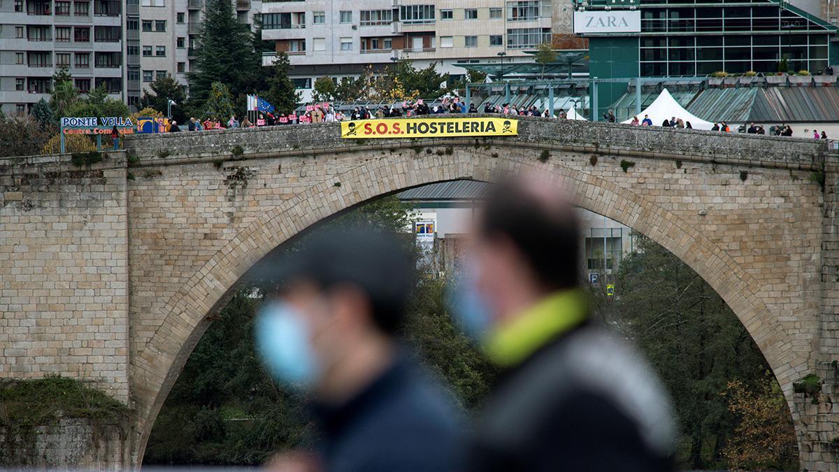 Los hosteleros de Ourense protestan al paso de La Vuelta por la ciudad